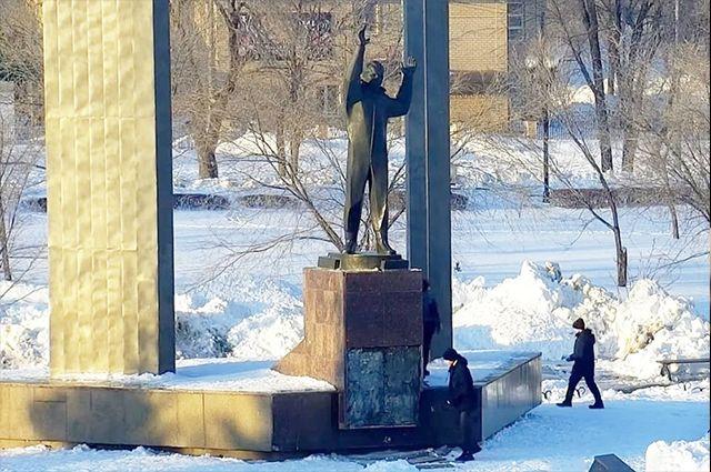Осквернители памятника Юрию Гагарину в Оренбурге все-таки попали на видео.