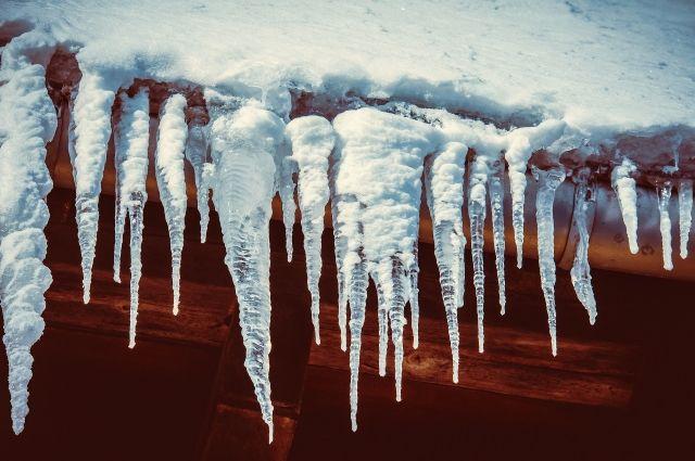Организации длительное время не убирали снег и наледь с кровель крыш