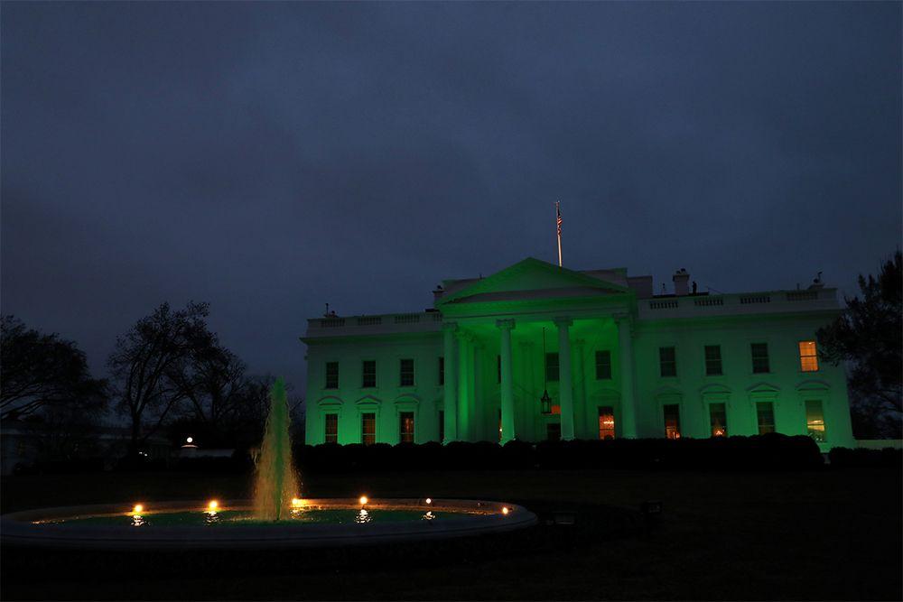 Белый дом подсвечен зеленым цветом в честь Дня Святого Патрика в Вашингтоне.