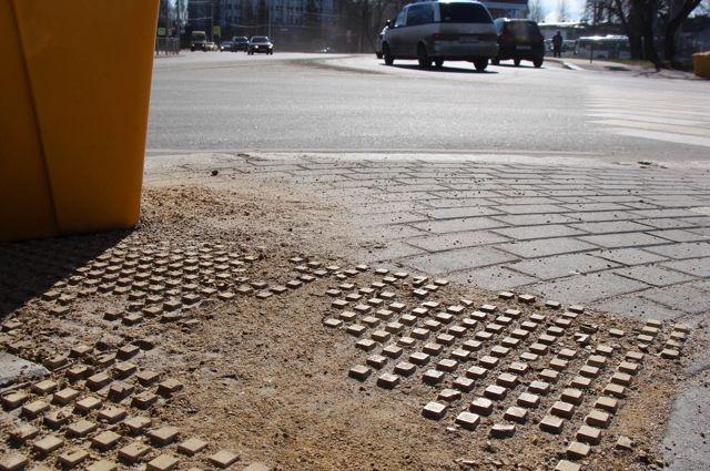 Возле переходов по ул. Киевской «растворилась» тактильная плитка