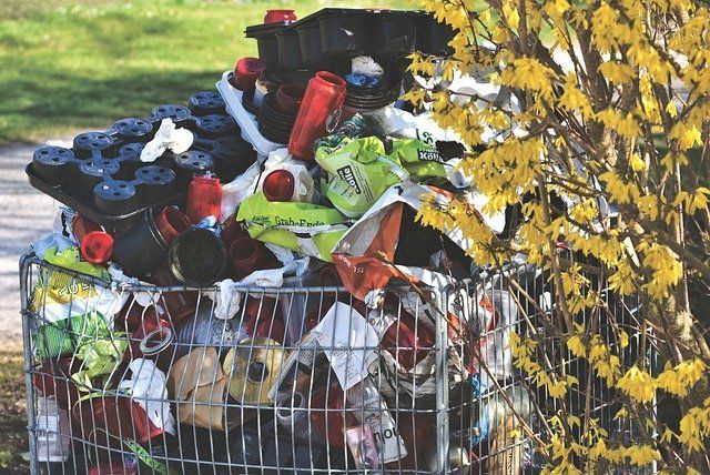 В Оренбурге жильцы дома на пр. Победы четыре года жалуются на собирающего у себя в квартире мусор соседа.