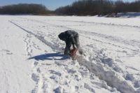 В Оренбурге провели распиловку льда на реке Сакмаре для пропуска паводковых вод.