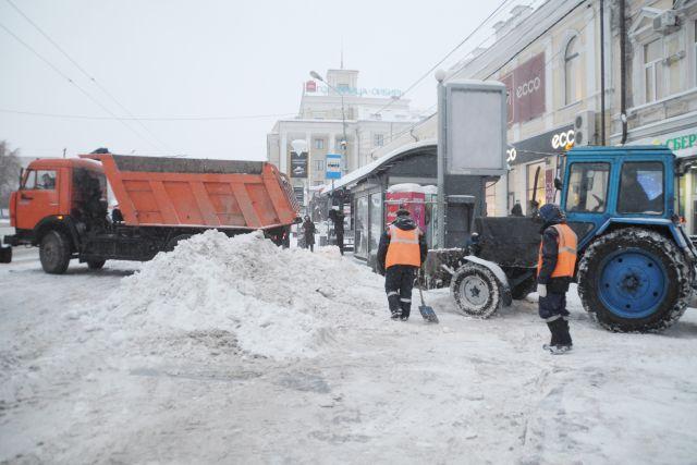 В дневную смену 18 марта на дорогах работало 206 единиц техники, в ночь на 19 марта – 151 снегоуборочных машин.
