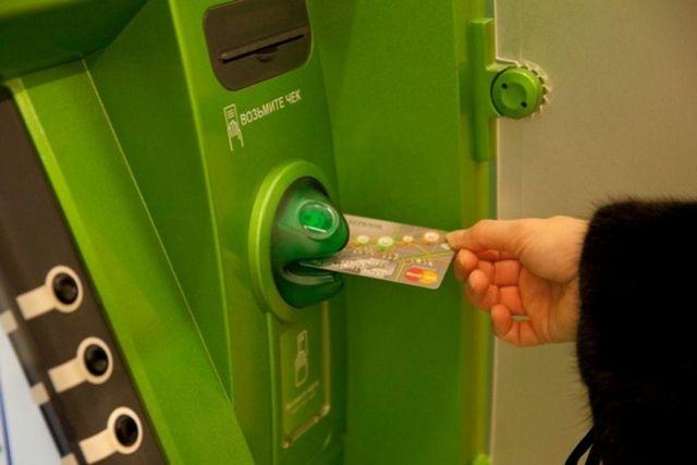 В Красноярске полицейские по горячим следам раскрыли разбойное нападение с ножом в банкомате.