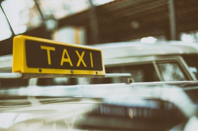 Такси с молодой семейной парой и грудным ребёнком врезалось в дерево.