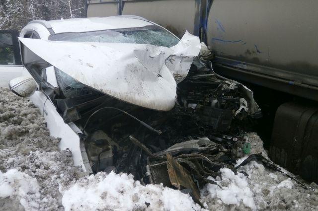 Столкнулись большегруз и автомобиль KIA.