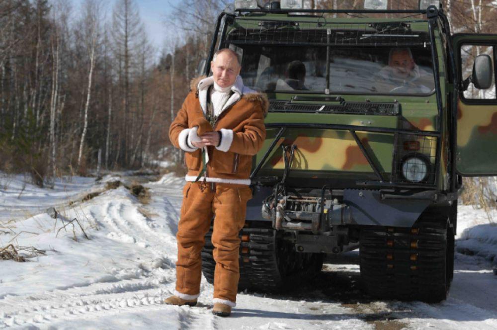 Владимир Путин проехал по тайге на вездеходе.