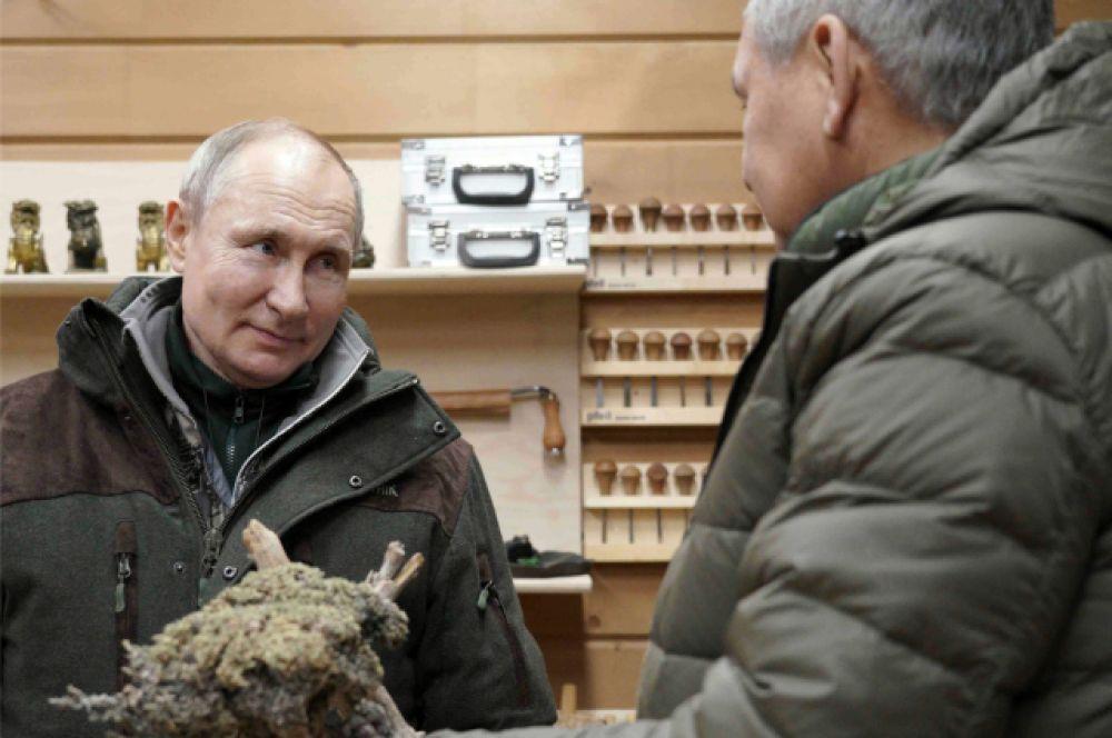 Сергей Шойгу показал свою мастерскую по обработке сухих деревьев.