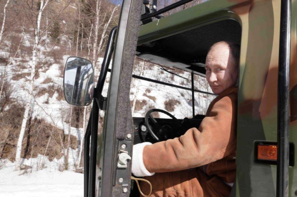 Владимиру Путину не впервой управлять подобной техникой.