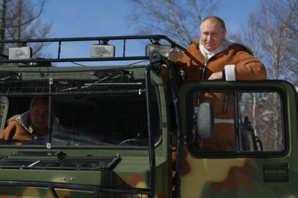 Президент сам сел за руль.