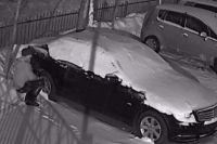 Поздним вечером 28 февраля неизвестный мужчина поджег припаркованный «Мерседес» на улице Новосибирской в Ленинском районе. Полиция возбудила уголовное дело и объявила нарушителя в розыск.