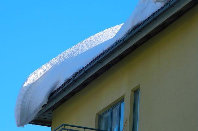 В Гае с крыши дома сошла снежная лавина, которая выдрала с корнем металлическое ограждение.