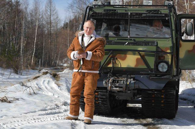 Президент РФ Владимир Путин во время прогулки в тайге.