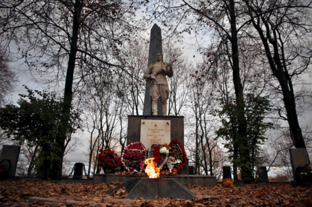 Здесь захоронено 2145 советских воинов.