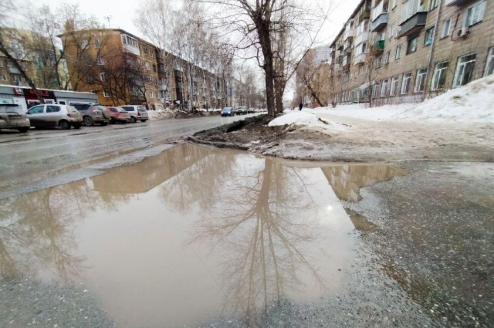 Светлую одежду весной в Новосибирске лучше не покупать. Проверено: почернеет.