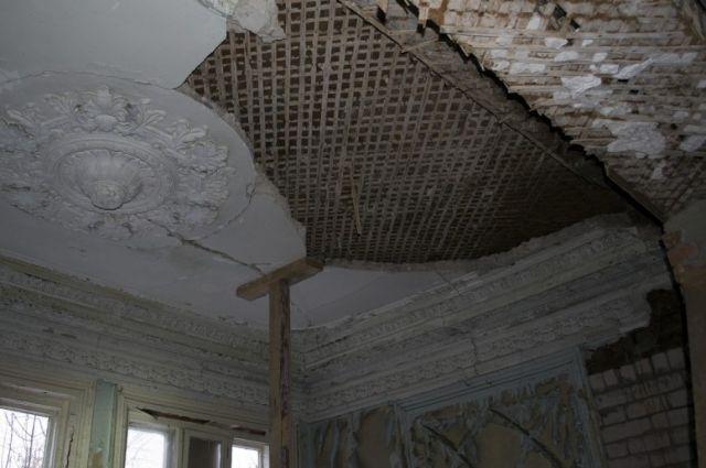 Обязанность собственника архитектурного памятника - не допускать ухудшения его состояния. Фото 2013 года.