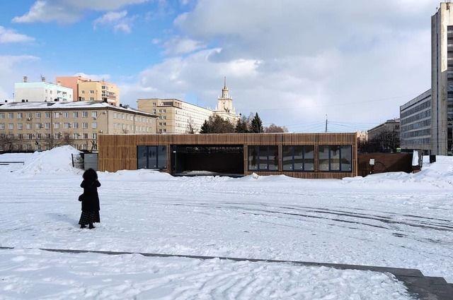 Павильоны совсем не украсили территорию рядом с памятником.