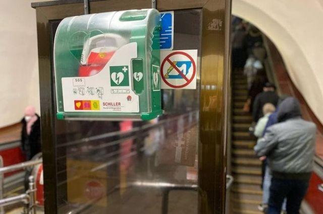 В метро Киева полицейский реанимировал мужчину с помощью дефибриллятора