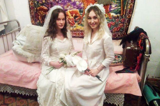 Благодаря свадебным платьям и атмосфере музея девушки-модели перенеслись в эпоху СССР.