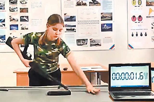 Умение быстро разбирать и собирать автомат помогло школьнице из Казани Камилле Бадртдиновой стать знаменитой. С результатом 10,59 с она установила мировой рекорд.