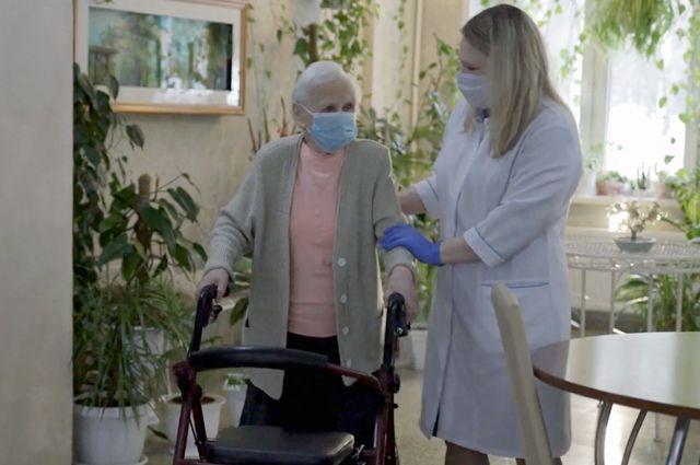 Пенсионерка Нина Михайловна Прохорова после прививки пообещала дожить до 100 лет.