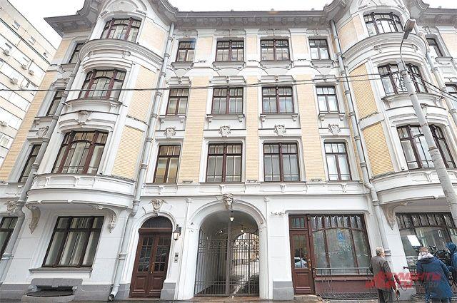 Глядя на Доходный дом Быкова после реставрации, трудно представить, что здание дважды горело, разрушалось и находилось в аварийном состоянии.
