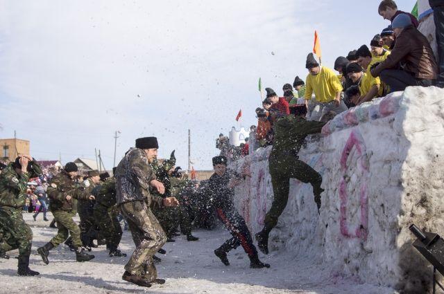 Взятие снежного городка на Масленицу стало брендом края.