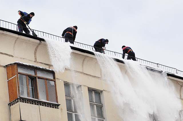 Чистить крышу от снега должна организация, обслуживающая дом (УК, ТСЖ или ТСН).