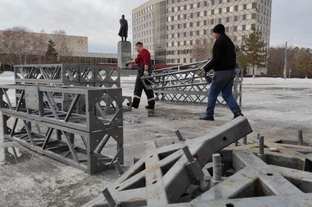 В Оренбурге на площади имени Ленина начали монтировать трибуны ко Дню Победы.