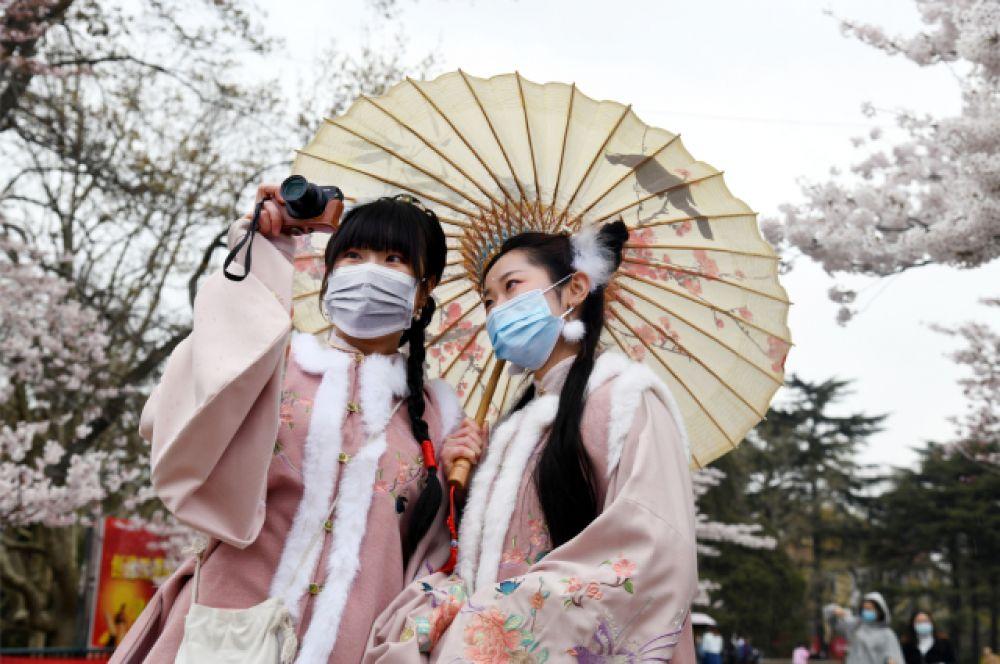 Две девушки в национальных костюмах на «ханами».