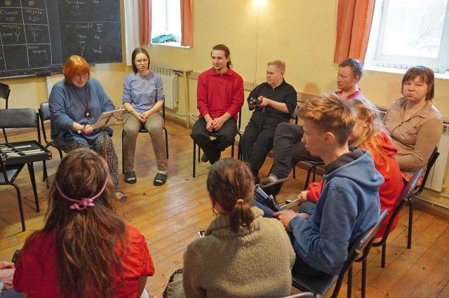 Деревня в Волховском районе – уникальная. Это в Европе можно найти кэмпхиловские поселения, где волонтёры и подопечные живут в формате сопровождаемого проживания. В нашей же стране только три кэмпхила.