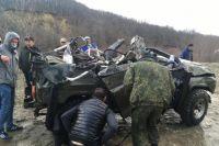 Спасатели долго не могли вытащить из реки УАЗ.