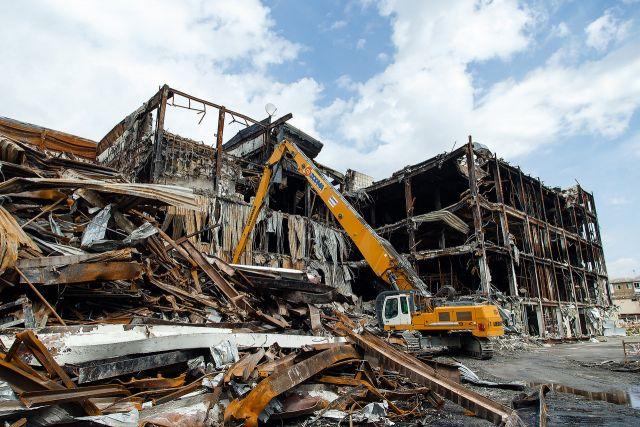 Здание торгового центра снесли, сейчас на его месте разбит парк Ангелов.