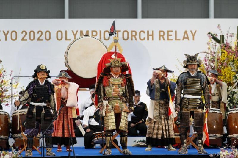 На церемонии открытия выступили члены конной ассоциации Шинехаго.