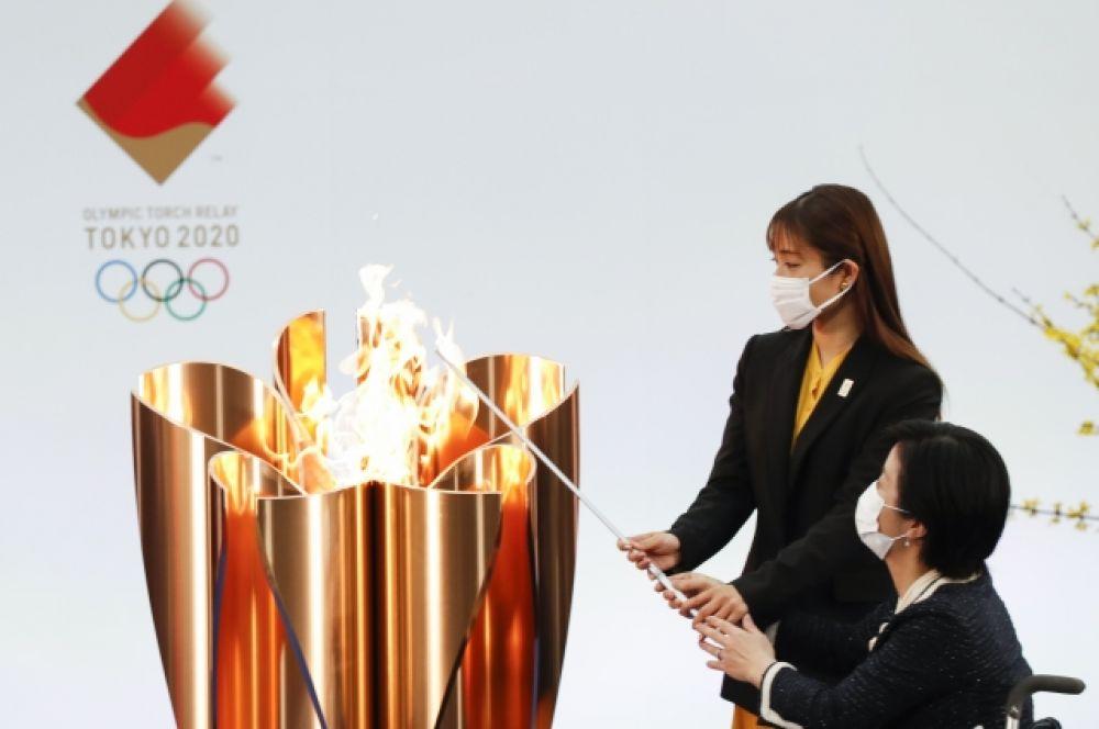 Церемония зажжения олимпийского огня в первый день эстафеты.