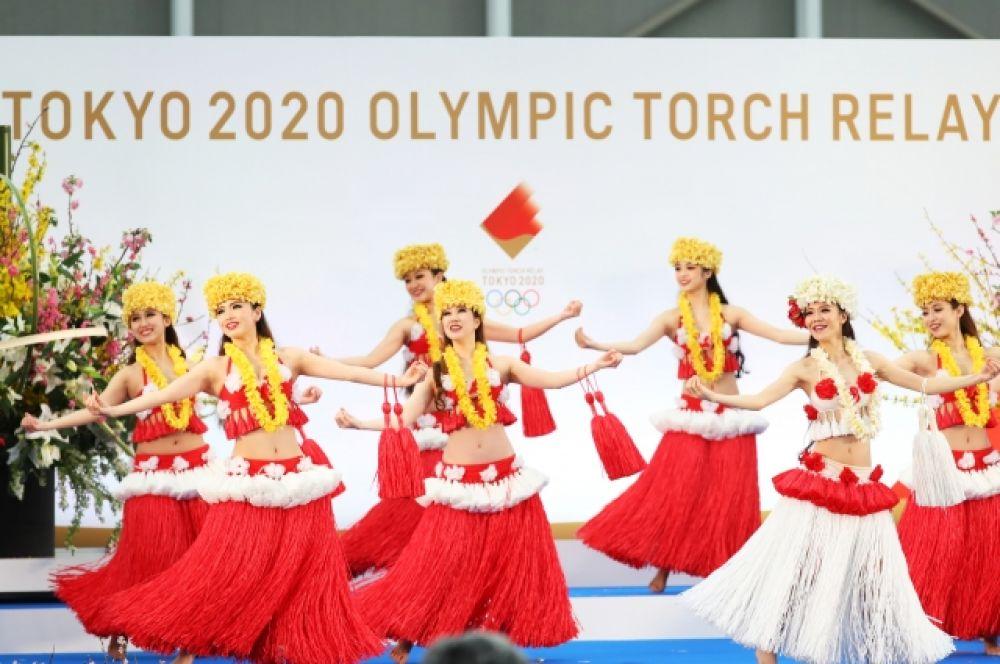 На церемонии выступила гавайская танцевальная команда спа-курорта «Hula Girls».