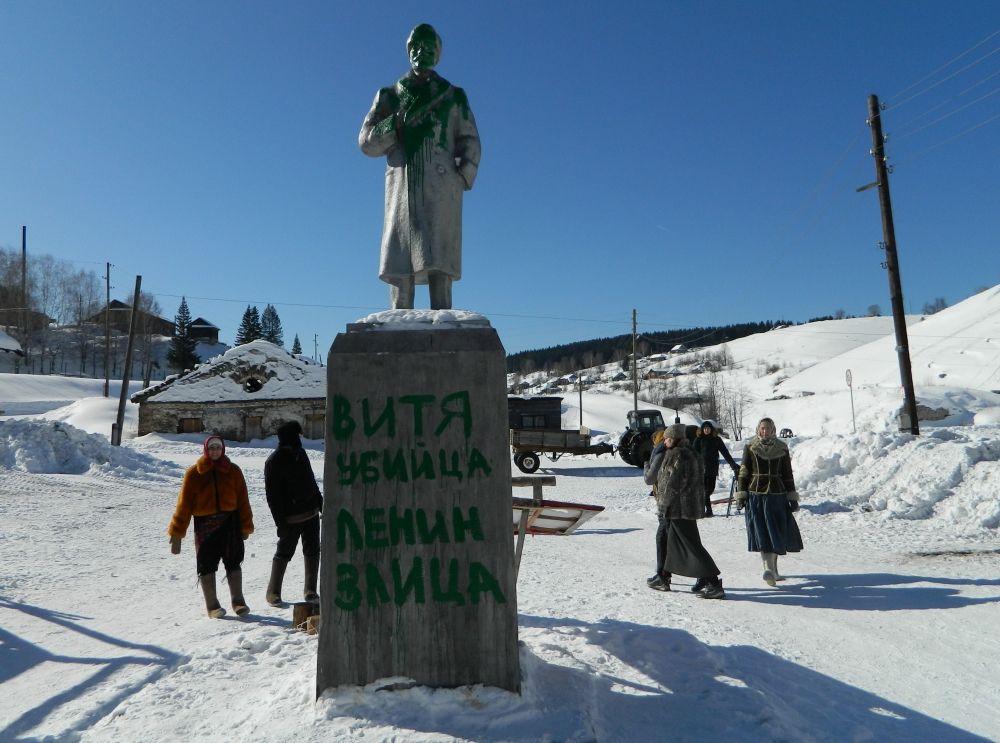 Бутафорский памятник Ленину словно всегда стоял на сельской площади.