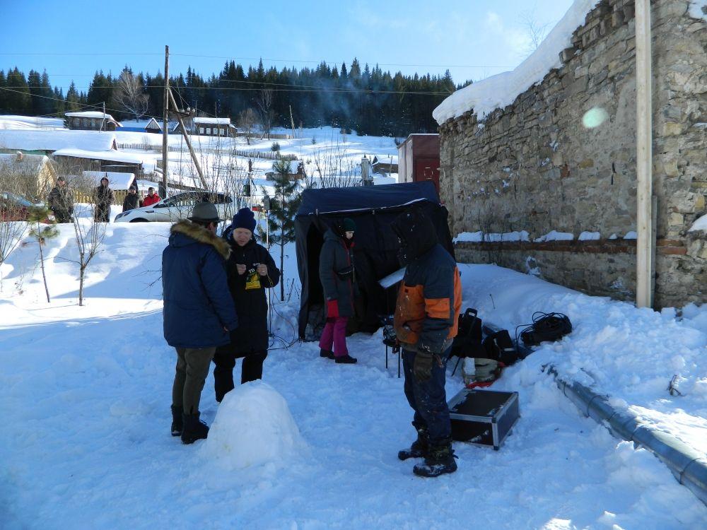 Павел Деревянко обсуждают с режиссёром Евгением Григорьевым предстоящий съёмочный день.