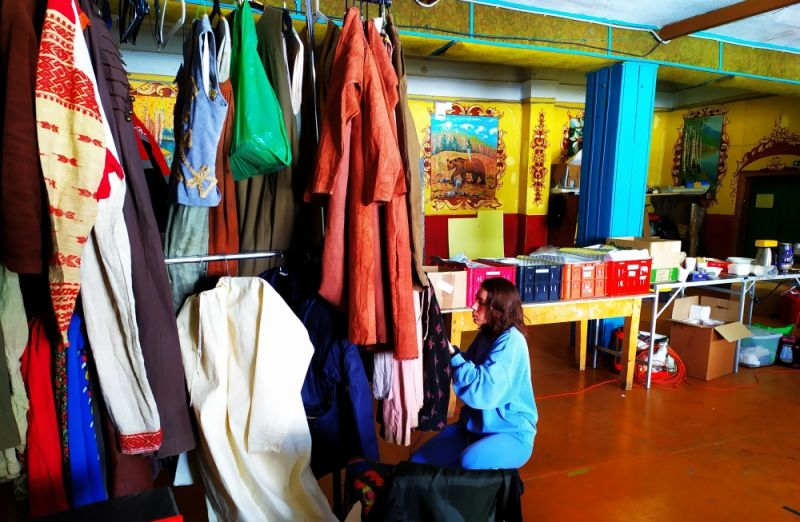 Подготовка костюмов. Бывшая чертёжная Строгановского завода на время съёмок превратилась в гримёрную и костюмерную.