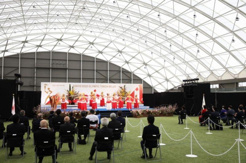 На церемонии не было зрителей из-за ситуации с коронавирусом, однако присутствовали официальные лица.