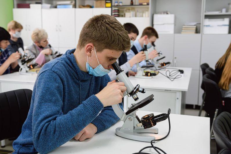 В УДГУ школьники провели лабораторные опыты с микроскопом.