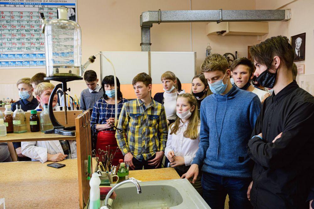 Школьники внимательно слушали сотрудников лабораторий университета и задавали им вопросы.