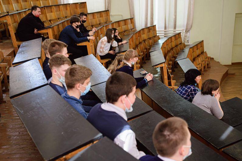 Будущие студенты университета примерили места студентов.