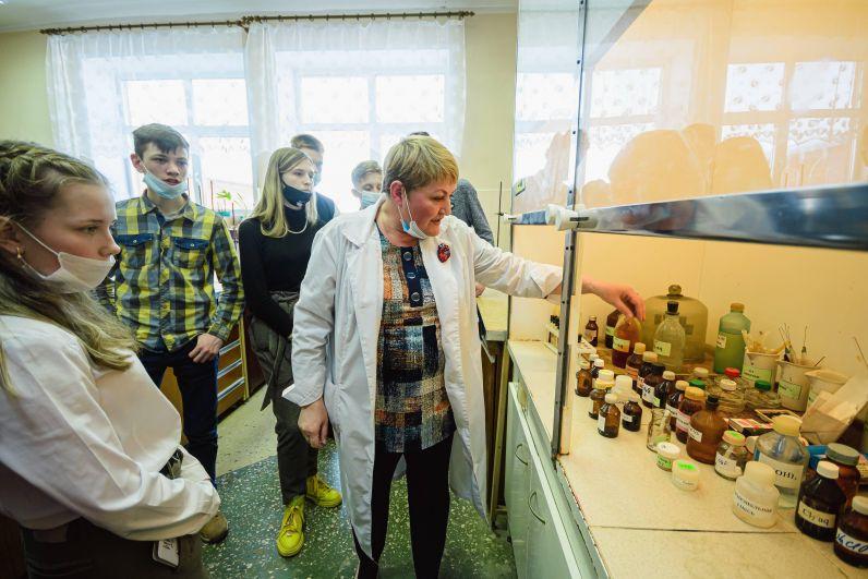 Для учеников камбарского лицея провели экскурсию по лабораториям университета.