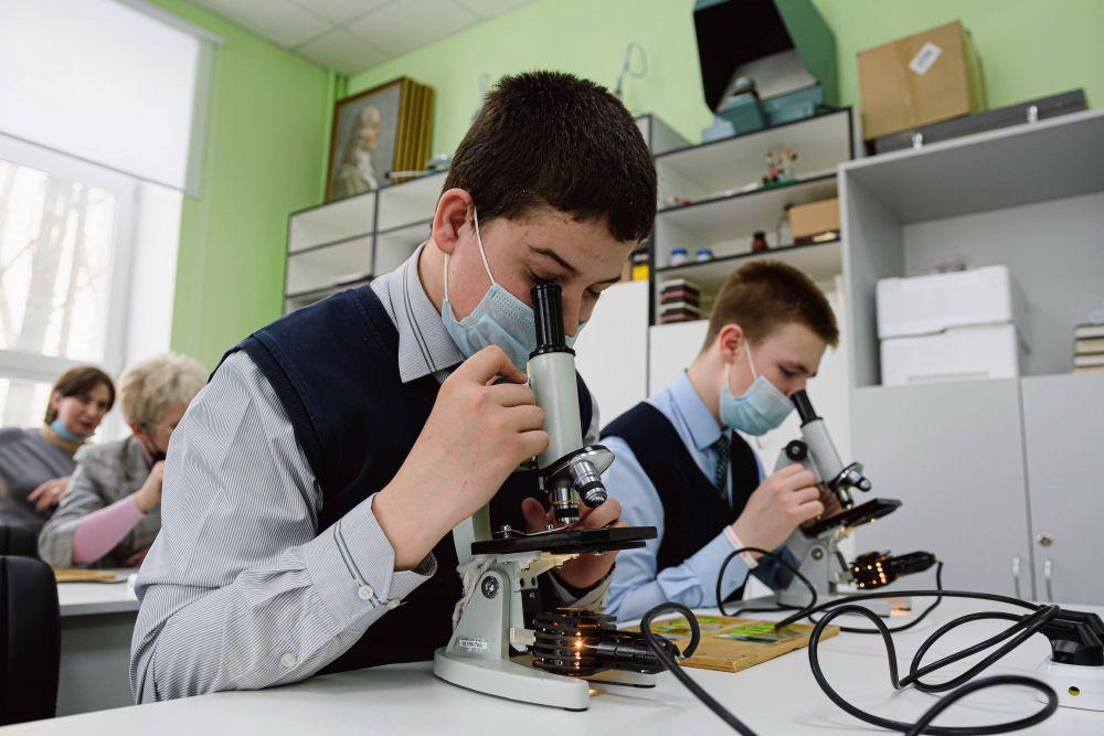 Воспользоваться настоящими микроскопами мечта любого будущего химика.