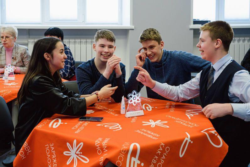 На интерактивной игре школьники выполняли задания в командах.