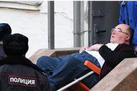 Борис Шпигель у здания Басманного суда.