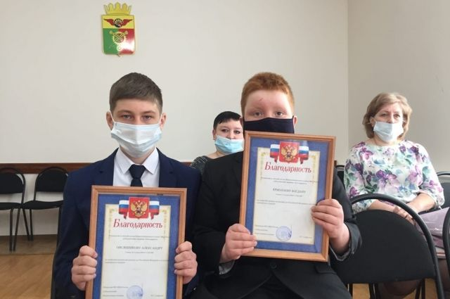 В Абдулино поощрили школьников, вернувших кошелек со 100 тысячами рублей.