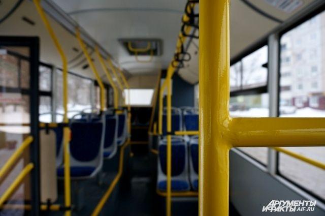 У автобуса № 73 повреждено лобовое стекло.