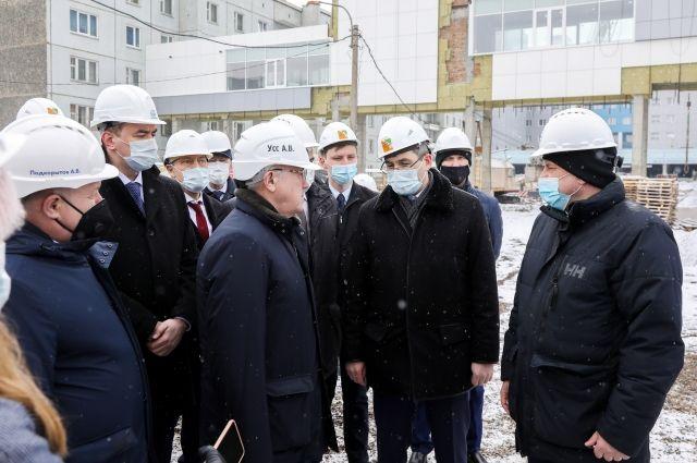Губернатора интересовали вопросы качества работ, соблюдения сроков возведения здания.